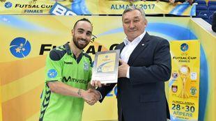 Ricardinho tras ser galardonado con el premio a mejor jugador del...