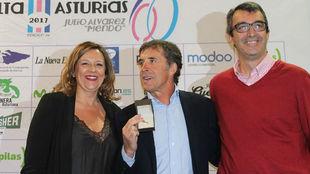 Cristina �lvarez entreg� la medalla a Pedro Delgado en presencia de...