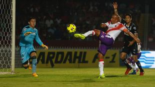 Arévalo alcanza a mandar el balón, ante la mirada de González.
