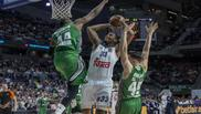 Trey Thompkins lanza ante la defensa de Bertans y el intento de tap�n...