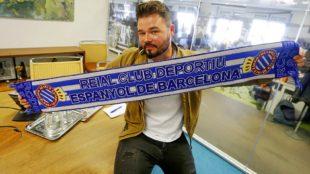 El diputado de ERC posó con la bufanda periquita en la redacción de...