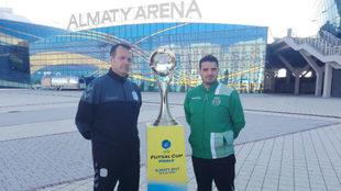 Jesús Velasco y Nuno Dias posan frente al Almaty Arena con el trofeo...