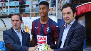 Eddy Silvestre en su presentación como jugador del Eibar durante su...