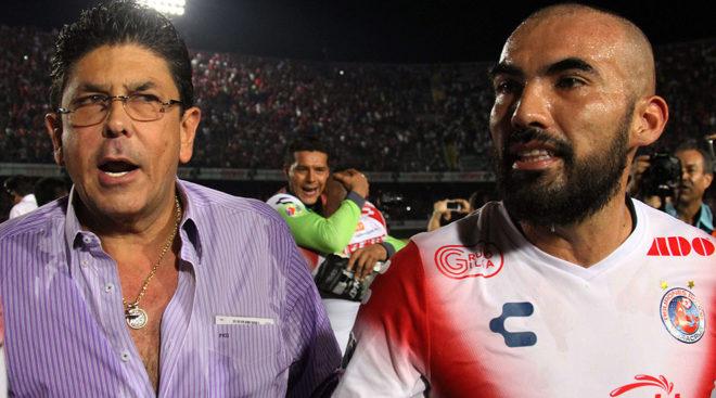El dueño del Veracruz festeja junto a  Jehu Chiapas.
