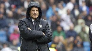 Voro, se cubre de la lluvia durante el partido.