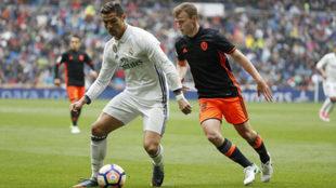 Lato presiona a Cristiano Ronaldo durante el partido.
