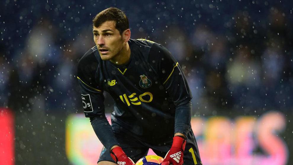 Casillas durante un partido con el Oporto