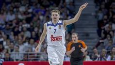 Luka Doncic celebra una canasta.