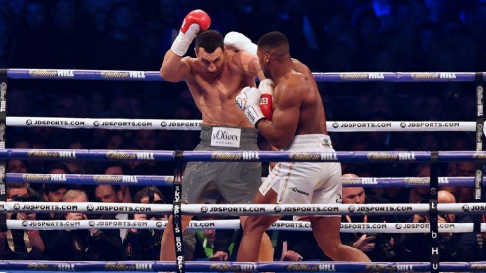 Joshua lanza la derecha hacia Klitschko