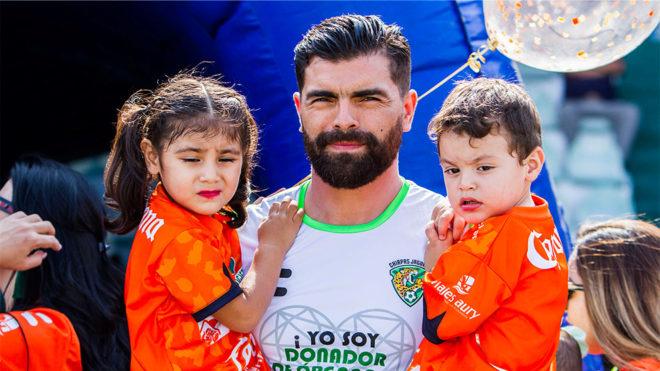 Félix Araujo acompañado de sus hijos