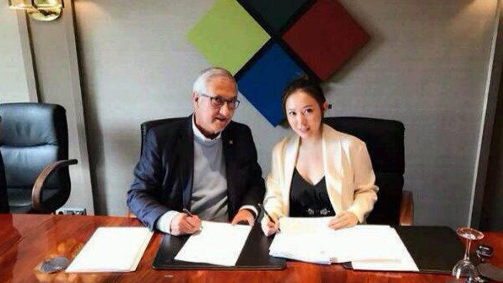 Manzano firmando con Guizhou Hengfeng Zhicheng