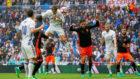Cristiano Ronaldo marcando un gol con la cabeza en el punto de penalti