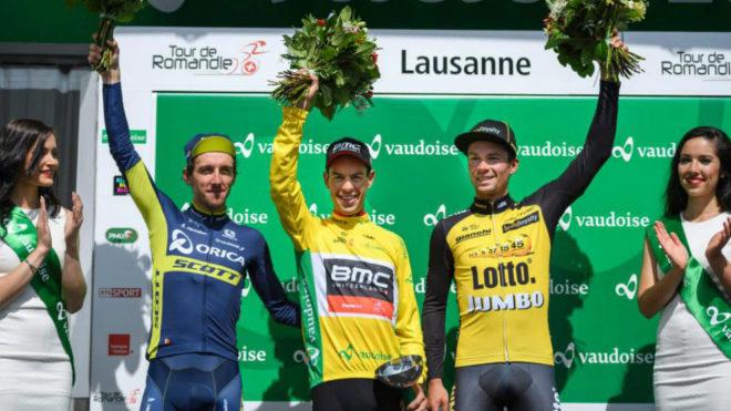 Yates, segundo (a la izquierda), el ganador, Porte y Roglic, en el...