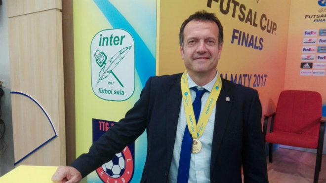 Jesús Velasco, con la medalla de campeón de la UEFA Futsal Cup.