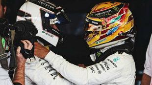 Hamilton felicita a Bottas por el triunfo del finlandés en el GP de...