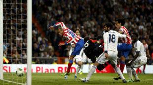 Miranda se adelanta a Diego L�pez en la jugada del gol de la final de...
