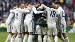 El Madrid celebra ante el Valencia el gol de Marcelo