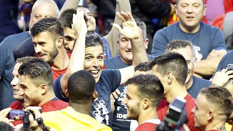 López Muñiz, rodeado por sus jugadores en el césped del Ciutat de...