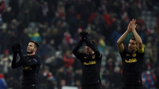 Saúl, Godín y Gabi saludan a la afición rojiblanca en Múnich
