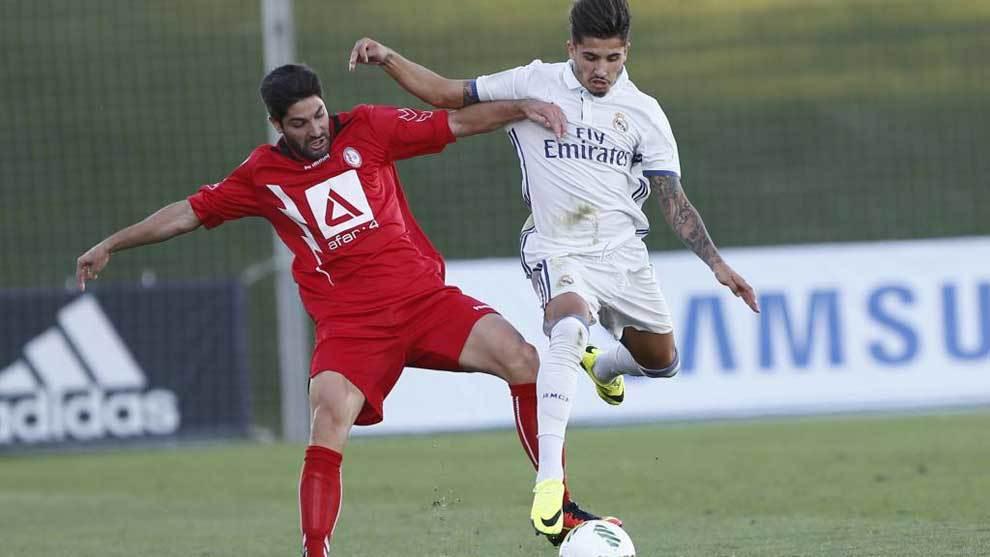 Cedrés disputa el balón en un partido con el Real Madrid