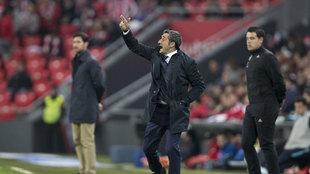 Valverde dando indicaciones a sus jugadores durante un partido de Liga