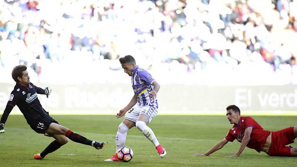 José, delante de Aitor, logró el gol del empate del Valladolid ante...