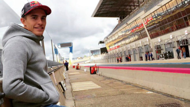 Marc Márquez, en Le Mans, esperando a que se seque la pista.