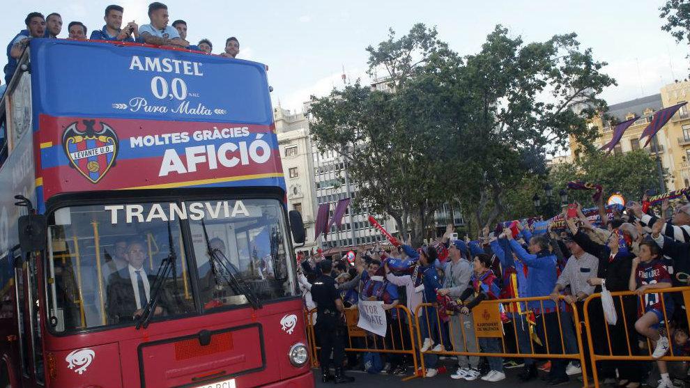 El autobús descapotable en el momento de llegar a la plaza del...