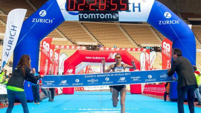 Paula González cruza la meta en el Maratón de Sevilla de este año.
