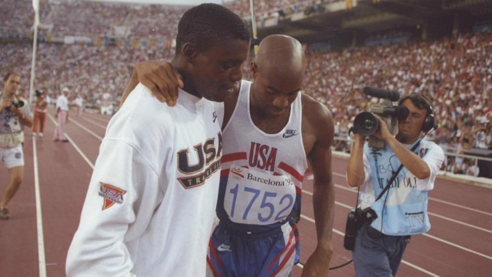Carl Lewis y Mike Powell se abrazan tras la competición de salto de...