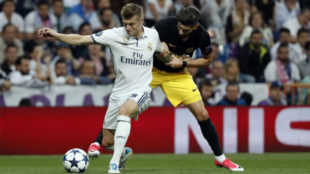 Kroos lucha un bal�n con Carrasco en el derbi europeo
