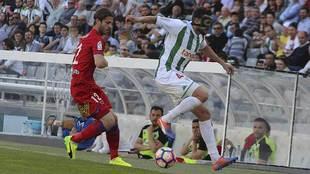 Héctor Rodas, con una máscara de protección, ante Kike Sola en el...