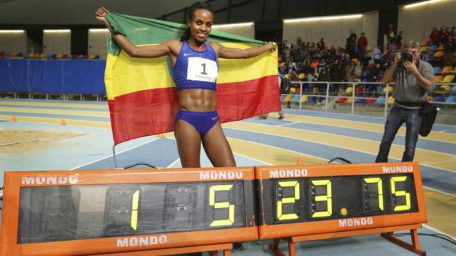 Dibaba tras batir el récord del mundo de los 2.000 metros en Sabadell...