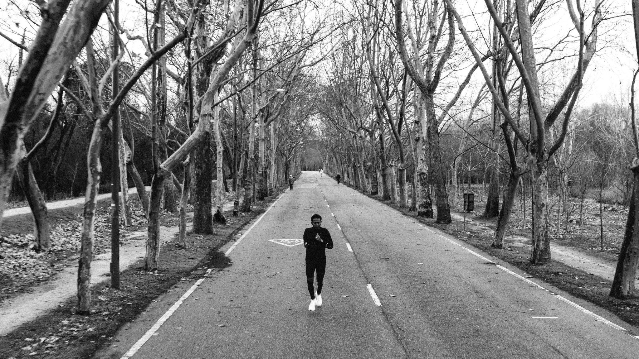 Tadese corre en solitario por una carretera.