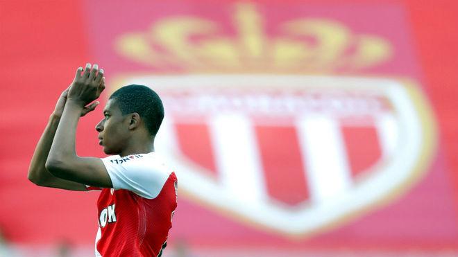 Mbappé aplaude a la afición del Mónaco.
