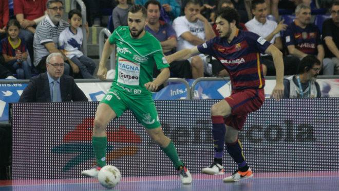 Rafa Usín conduce el balón ante la presencia de Marc Tolrá.