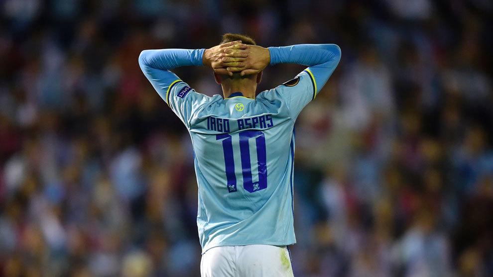 Aspas lamenta fallar una ocasión de gol.
