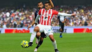 Báez, en duelo ante Pumas en el Clausura 2017.