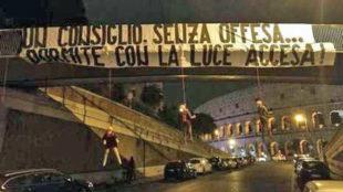 Imagen de la pancarta y los maniqu�es colgados cerca del Coliseo