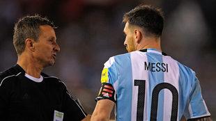 Messi y el juez de línea brasileño Emerson Augusto de Carvalho.