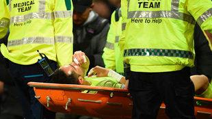 Bravo se retira en camilla tras lesionarse en el derbi ante el United.