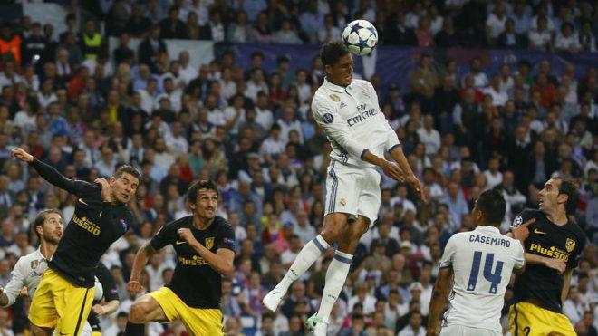 Varane despeja un balón en el derbi de Champions