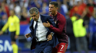 Cristiano abraza a Fernando Santos durante la pasada Eurocopa que...