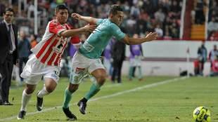 Jairo González persigue a Andrés Andrade durante el partido del...