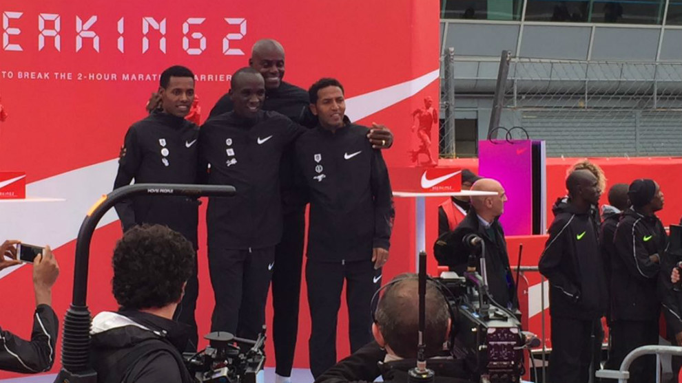 Los tres maratonianos junto a Carl Lewis a la finalización de la...