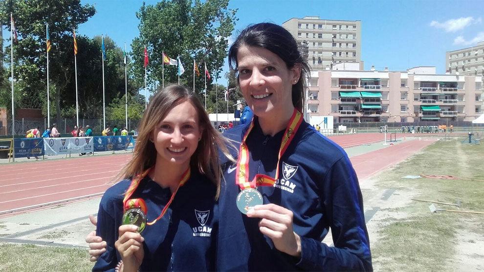 Ruth Beitia con su medalla de oro universitario junto a una compañera...