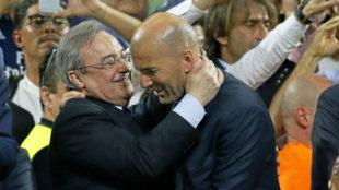 Florentino P�rez y Zidane se abrazan al t�rmino de la final de...