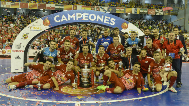 Los jugadores de ElPozo Murcia celebran el título de Copa del Rey.