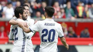 James, Isco y Asensio celebran un gol esta temporada