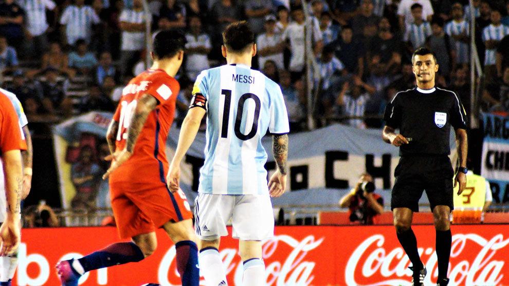 Messi durante el partido en el que fue sancionado por enfrentarse a...